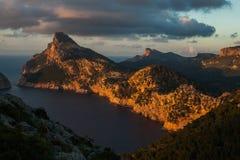 Cap在日落天空自然风景的de Formentor在北马略卡巴利阿里群岛,西班牙 免版税库存照片