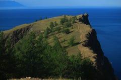 Cap avec beaucoup d'arbres sur le lac Baikal Images libres de droits