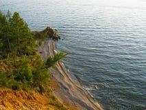 Cap avec la plage sablonneuse sur le lac Baïkal Photos libres de droits