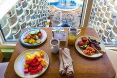 Cap Canaveral, Etats-Unis - 29 avril 2018 : Buffet de salle à manger à bord du bateau de croisière de luxe image stock