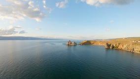 Cap de Burkhan au coucher du soleil, le lac Baïkal Tir a?rien banque de vidéos