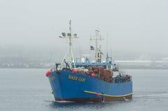 Cap du nord de navire de pêche professionnelle en brouillard Image libre de droits