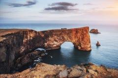 Cap Dyrholaey chez l'Islande du sud Altitude 120 m Photographie stock libre de droits