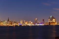 Cap San Diego och Elphilharmonie Hamburg på den blåa timmen Arkivbild