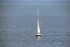 Cap Sounion de la partie du sud du continent Grèce 06 20 2014 Paysage marin et paysage de la végétation de désert du Images stock