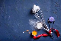 Cap?tulo del fondo de la panader?a Ingredientes de cocinar frescos - cocinar tema Visi?n superior foto de archivo