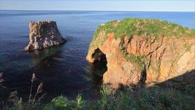Cap Velikan, sculpture géante en pierre en nature, île Russie de Sakhaline clips vidéos