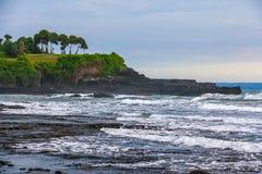 Cap vert et roches noires sur le rivage de la mer de Bali, Indonésie photographie stock libre de droits