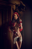 Capa con capucha roja atractiva Fotografía de archivo
