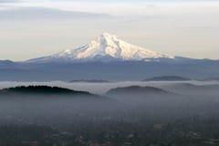 Capa da montagem com baixa névoa no vale Fotografia de Stock