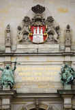 Capa de brazos, detalle en ayuntamiento de Hamburgo imagen de archivo libre de regalías