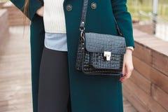 Capa de Cassic con el modelo de moda elegante del bolso al aire libre Fotografía de archivo libre de regalías