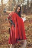 Capa de equitação vermelha pequena perigosa com machado foto de stock