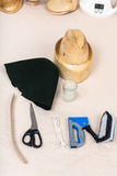 Capa de feltro, chapéu-bloco de madeira, ferramentas para a chapelaria Fotografia de Stock Royalty Free