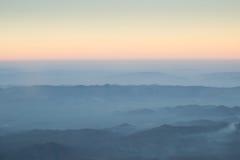 Capa de montaña y de salida del sol de la niebla de las nubes Fotos de archivo libres de regalías