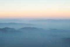 Capa de montaña y de salida del sol de la niebla de las nubes Imágenes de archivo libres de regalías