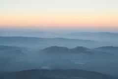 Capa de montaña y de salida del sol de la niebla de las nubes Imagen de archivo libre de regalías