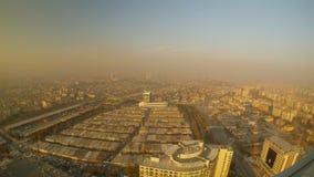 Capa densa de niebla con humo sobre la ciudad, visión desde un rascacielos, alto almacen de metraje de vídeo