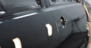 Capa do carro após a pintura em uma cabine de pulverizador dos carros Auto capa da cor da cereja do veículo Peças do carro na cab filme