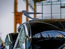 Capa do carro e estatueta de Cadillac velho no carro americano ex Imagem de Stock