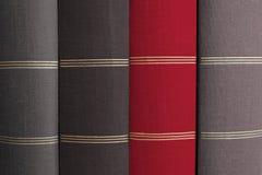 Capa do livro vermelha na pilha de livros cinzentos - fotografia de stock royalty free