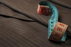 Capa gris rayada clásica del traje con una cinta de la medida Imágenes de archivo libres de regalías