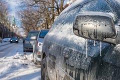 Capa gruesa de hielo en el coche después de la lluvia sobrefundida imagen de archivo