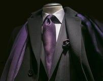 Capa negra, chaqueta negra, lazo púrpura y bufanda Fotografía de archivo libre de regalías