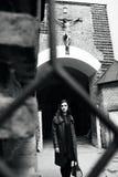 Capa que lleva de la mujer linda que se coloca en la calle Retrato de la morenita asombrosa en la ciudad Foto de archivo libre de regalías