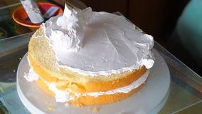 Capa superior de adornamiento del panadero con crema azotada almacen de video