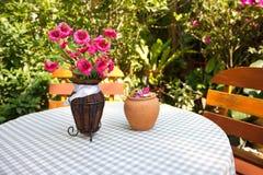 Capable et chaises dans le jardin Image libre de droits