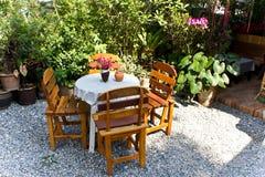 Capable et chaises dans le jardin Images libres de droits