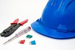Capacete azul e ferramentas da segurança foto de stock