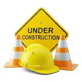 Capacete, cones do tráfego e quadro indicador amarelos sob a construção Imagens de Stock