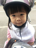 Capacete da bicicleta das crianças Fotografia de Stock