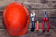Capacete da construção e ferramentas velhas Fotografia de Stock