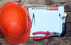 Capacete da construção, ferramentas velhas e Fotografia de Stock Royalty Free