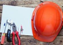 Capacete da construção, ferramentas velhas e Fotos de Stock Royalty Free