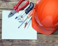 Capacete da construção, ferramentas velhas e Imagens de Stock Royalty Free