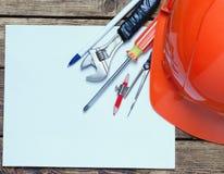 Capacete da construção, ferramentas velhas e Imagem de Stock Royalty Free