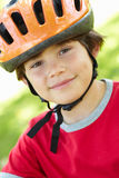 Capacete de ciclagem desgastando do menino Fotografia de Stock
