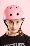Fundo de ciclagem vestindo do rosa do retrato do capacete da mulher engraçada real Foto de Stock