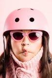 Fundo de ciclagem vestindo do rosa do retrato do capacete da mulher engraçada   Fotografia de Stock Royalty Free