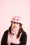 Definição real de ciclagem vestindo do fundo do rosa do retrato do capacete da mulher engraçada Fotos de Stock