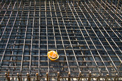 Capacete de segurança amarelo no canteiro de obras Imagens de Stock