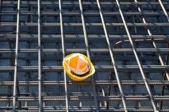Capacete de segurança amarelo no canteiro de obras Foto de Stock Royalty Free