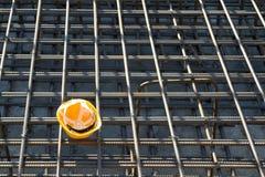 Capacete de segurança amarelo no canteiro de obras Fotografia de Stock