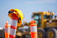 Capacete de segurança no pilão da construção da estrada da estrada Fotos de Stock Royalty Free