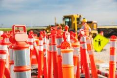 Capacete de segurança no pilão da construção da estrada da estrada Imagens de Stock Royalty Free
