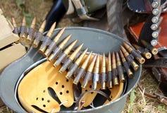 Capacete do uniforme do soldado com as balas no acampamento do exército durante a Imagem de Stock